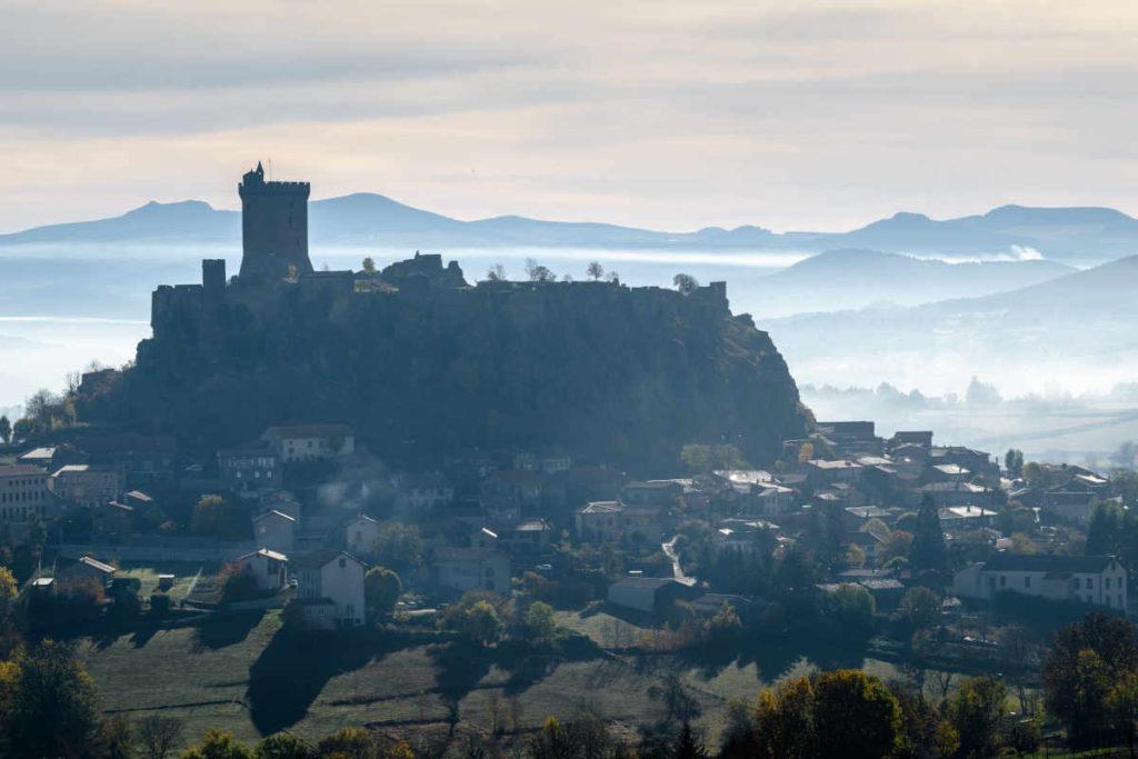 Le château de Polignac dans la brume