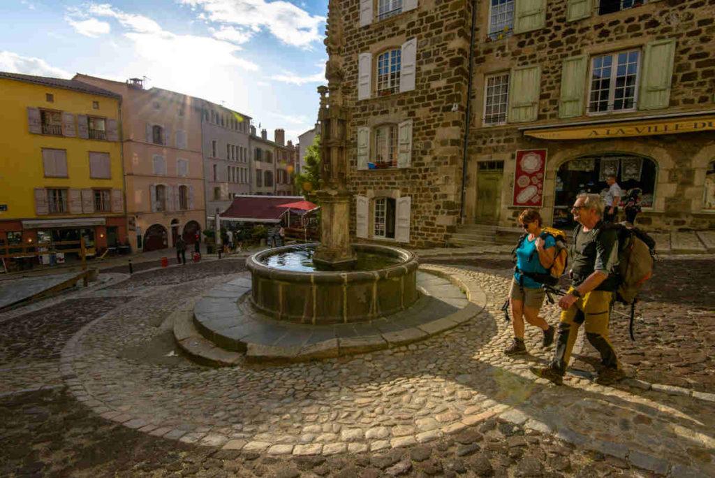 Randonneurs marchant sur le chemin de Compostelle au Puy-en-Velay