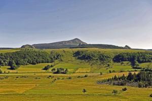 tour-mézenc-gerbier-de-jonc-vue sur le mont mezenc