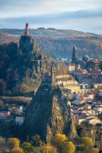 Vue sur la vieille ville du Puy-en-Velay et ses monuments historiques, cathédrâle, vierge et Rocher Saint Michel