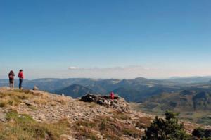 MONT MEZENC - Du sommet, vue sur le Suc de Sara et le Mont Gerbier-de-Jonc-800x531