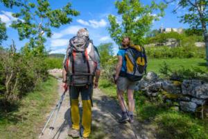marcheurs avec vue sur le chateau de beaufort à goudet - 800x534