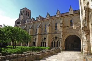 CHAISE-DIEU - Cloître l'abbaye de la Chaise-Dieu 3 © Chris Bertholet-1200x798