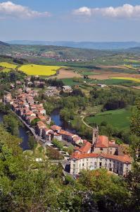 LAVOÛTE-CHILHAC - le bourg dans la volte de l'Allier vu du hameau du Bois © Chris Bertholet-1200x798