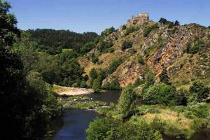 chemin stevenson  GR 70 à goudet chateau Loire-800x535