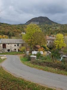 Riou Michel Huche pointue prise depuis le village de Céaux à St Etienne Lardeyrol